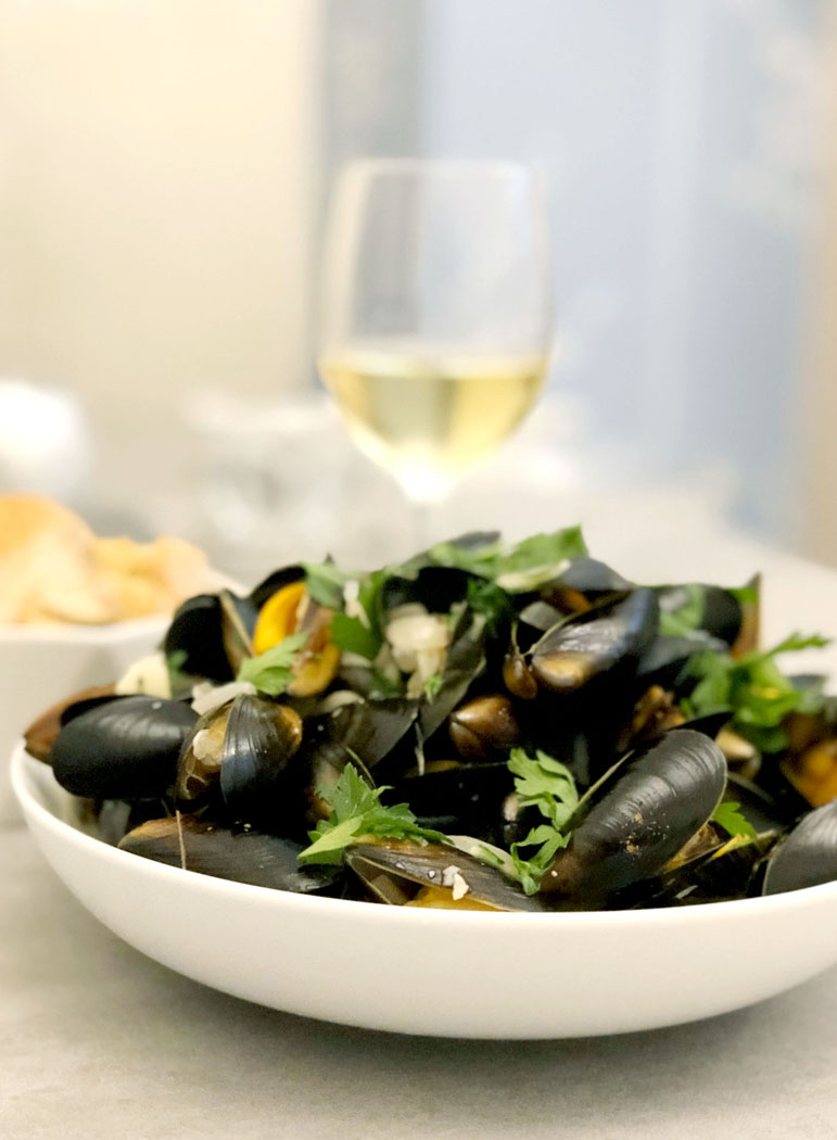 Moules Marinières - Mussels in a Garlic & White Wine Sauce by Emma Eats & Explores - Grainfree, Glutenfree, Sugarfree, Pecatarian, Low Carb, Paleo & SCD